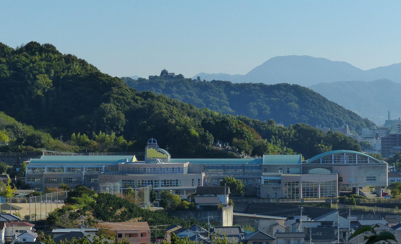 松山城と校舎全景